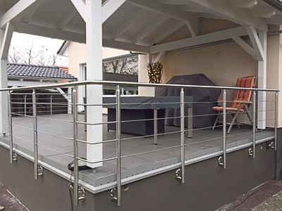 Terrassengeländer in seitlicher Montage mit einer Füllung aus Edelstahlseil - Ansicht der rechten Geländerecke - Ausführung der Geländerecken als stabil verschweißtes Eckelement mit gebogenem Rundmaterial