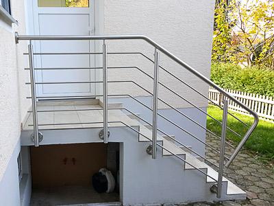 Treppengeländer aus Edelstahl mit Querstreben in Wangenmontage, mit Sonderausführung des Handlaufanfanges