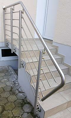 Treppengeländer aus Edelstahl mit Querstreben in Wangenmontage, Ansicht von vorn - Stabilisierung des Handlaufanfanges durch Verbindung mit Querstrebe