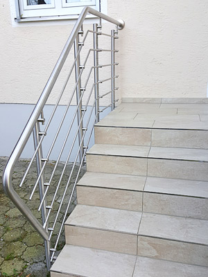 Treppengeländer aus Edelstahl mit Querstreben in Wangenmontage,Ansicht von der Treppe aus