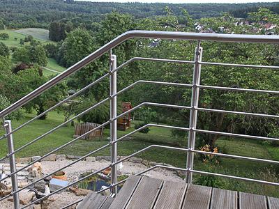 Treppengeländer für Außentreppe, in seitlicher Montage mit 6 Querstreben - Ansicht des Querstrebenverlaufes im Bereich des Überganges in den schrägen Verlauf