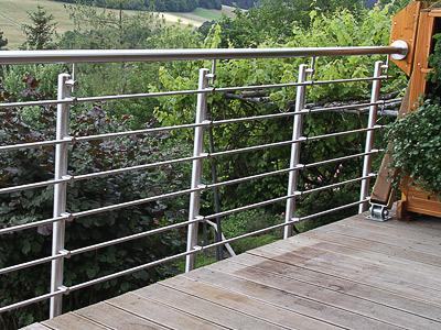Treppengeländer für Außentreppe, in seitlicher Montage mit 6 Querstreben, zusätzliche Handlaufbefestigung am waagerechten Geländerende