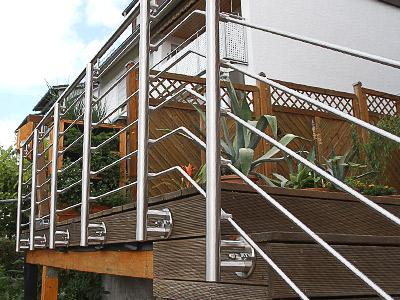 Treppengeländer für Außentreppe, in seitlicher Montage mit 6 Querstreben, Blick auf die Außenseite - die Querstreben verlaufen im Treppenbereich neben den Stufen