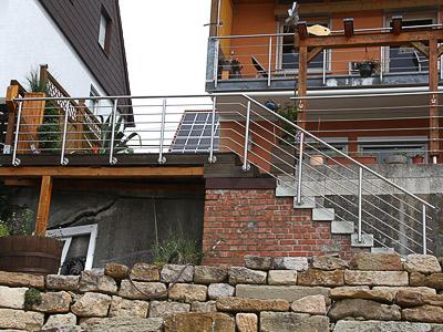 Treppengeländer für Außentreppe, in seitlicher Montage mit 6 Querstreben, Gesamtansicht des Geländers