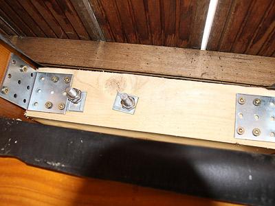 Treppengeländer für Außentreppe, in seitlicher Montage mit 6 Querstreben, Blick hinter die Holzkonstruktion