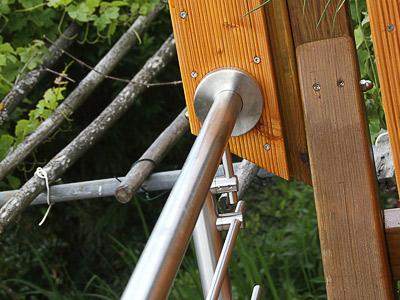 Treppengeländer für Außentreppe, in seitlicher Montage mit 6 Querstreben, Ansicht der zusätzlichen Handlaufbefestigung