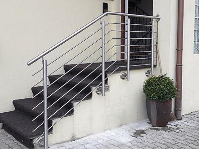 Treppengeländer aus Edelstahl am Hauseingang