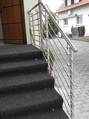 Treppengeländer aus Edelstahl am Hauseingang in seitlicher Montage