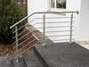 Edelstahl Treppengeländer mit Querstreben in aufgesetzter Montage auf einer Eingangstreppe