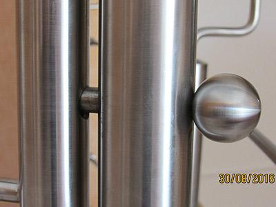 Schutztür aus Edelstahl an einer Innentreppe, Detail der Verriegelung