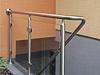 Treppengeländer für Brüstung an Kellertreppe mit einer großflächigen Glasfüllung, Geländerhandlauf mit Übergang in Treppenhandlauf mit Wandbefestigung