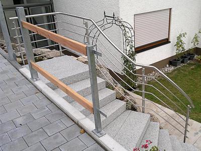 Treppengeländer für teilweise gewendelte Gartentreppe - Sicht auf Treppenpodest