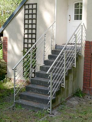Treppengeländer aus Edelstahl mit Querstreben Verschraubung mit Stabhaltern, in seitlicher Montage