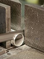 bei der Fertigung von Handläufen als Bausatz werden die Edelstahlrohre auf Maß zugeschnitten