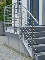 Treppengeländer aus Edelstahl mit Querstrebenfüllung am Hauseingang