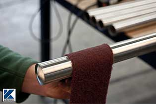 Vorschleifen der der Rohroberfläche mit Schleifvlies per Hand  Bild 02