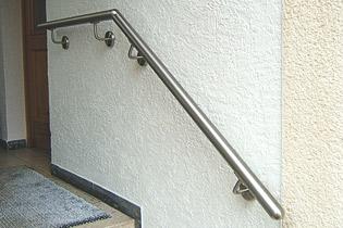 aus einem Handlauf - Baustatz gefertigter Wandhandlauf mit einem Gelenkbogen.