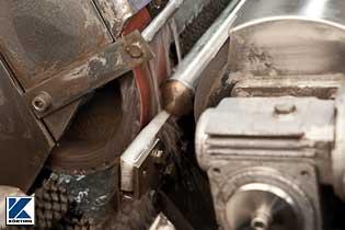 auf der Schleifmaschine wird Edelstahlrohr für den Handlauf kpl. vor geschliffen  Bild 01