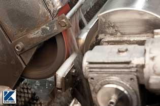 auf der Schleifmaschine wird Edelstahlrohr für den Handlauf kpl. vor geschliffen  Bild 02
