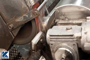 auf der Schleifmaschine wird Edelstahlrohr für den Handlauf kpl. vor geschliffen  Bild 03