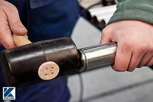 Rohrstopfen werden in das Edelstahlrohr mit einem Gummihammer eingeschlagen Bild 02