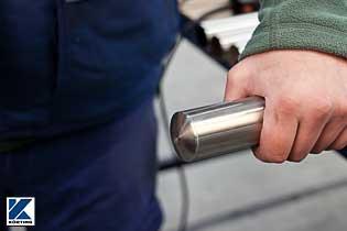 Rohrstopfen werden in das Edelstahlrohr mit einem Gummihammer eingeschlagen Bild 03