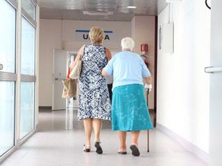 auf einen Handlauf sind viele ältere oder kranke Personen angewiesen - an eine barrierefreie Handlauführung denken