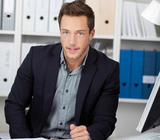 Handläufe von Körting EDELSTAHL - junger Mitarbeiter am Schreibtisch
