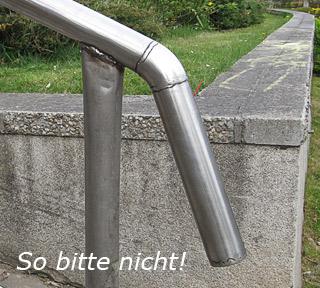 Handlauf aus Edelstahl an einer Außentreppe aus mehreren Stücken verschweißt und nicht geschliffen - So bitte nicht!