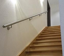 Treppenaufgang mit einem Handlauf aus Edelstahl