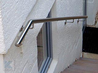 Handlauf - Kundenprojekt gebogener Handlauf aus Edelstahl vor einem Wandvorsprung