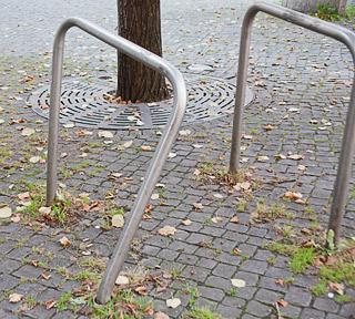 Entdeckt: freistehende Handläufe in Fußgängerzone - Standsicherheit nicht beachtet