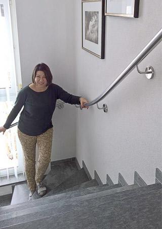 Handlauf gewalzt an einer viertelgewendelten Treppe - wurde über den Handlauf Konfigurator bestellt