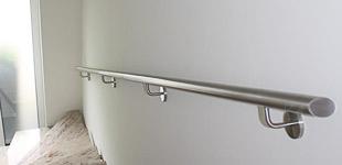 Kundenbild eines geraden Wandhandlaufes mit schräg verschlossenen Enden