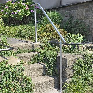 Handlauf aus Edelstahl freistehend mit Pfosten, aufgesetzte Montage auf Gartentreppe