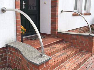 gewalzter Handlauf aus Edelstahl an Eingangstreppe
