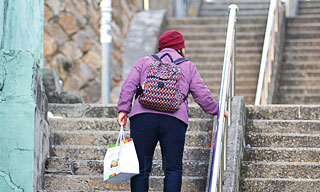 ältere Frau braucht niedrigern Handlauf - Handlauf Höhe richtig festlegen