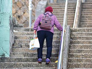 Handlauf Höhe für ältere Frau zu hoch angebracht
