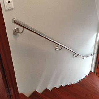 Treppenhandlauf innen an einer viertelgewendelten Treppe, ein Handlauf aus Edelstahl auf Maß von Körting Geländer gefertigt