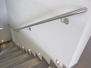 Treppenhandlauf - gebogen, mit zur Wand gebogenen Handlaufenden