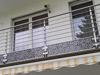 Balkongeländer aus Edelstahl mit Querstreben und zusätzlicher Verblendung der Balkonplatte