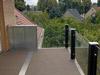 Glasklemmhalter aus Edelstahl - verarbeitet an einem Balkongeländer, Blick von oben