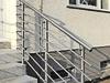 beidseitige Geländer aus Edelstahl mit 6 Querstreben - gehalten in Stabhaltern - Blick von der Treppe aus