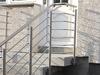 beidseitige Geländer aus Edelstahl mit 6 Querstreben - Handlauf und Füllung dem Treppenverlauf entsprechend in einem Stück gebogen