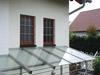 Fenstergitter aus Edelstahlrundmaterial, massiv verschweißt über Vordach aus Edelstahlglasvordach