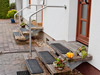 Geländerbügel und Geländer mit Querstreben an kurzer Eingangstreppe mit freitragenden Stufen