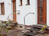 Edelstahlgeländerbügel und Edelstahl Geländer mit Querstreben an Hauseingangstreppe