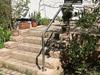 Edelstahl Geländer als Bügel Typ 3a auf einer Mauer an einer Gartentreppe montiert