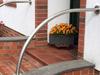 Edelstahl Geländerbügel gewalzt - auf einer Brüstung einer Eingangstreppe montiert