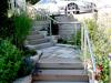 freistehender Handlauf aus Edelstahl auf einer Gartentreppe